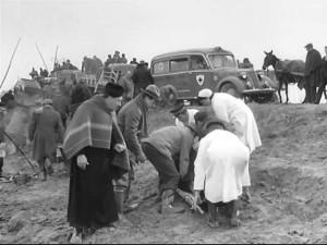 """Foto 03: fotogramma rilevato dal sito IMCDB che ha un archivio quasi infinito di veicoli apparsi anche in ruoli secondari nei film: mostra la prima ambulanza di Grazia, una Fiat 1100ELR, sullo sfondo di una scena del film """"Il ritorno di Don Camillo""""."""