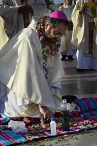 arrodillado ante al altar pagano, ofreciendo sacrificios a los 'dioses'