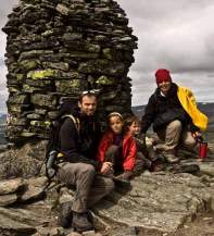 randonneurs-enfant-et-adulte-au-sommet-Formokampen-Norvège