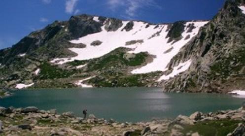 randonneur-au-lac-Bastani-en-Corse randonnée en famille enfant