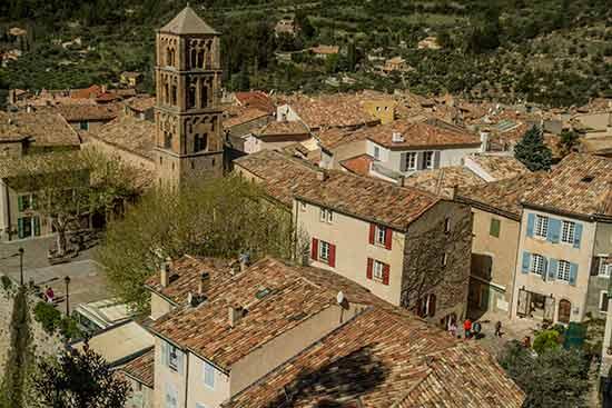 église-et-toits-Moustiers-Sainte-Marie