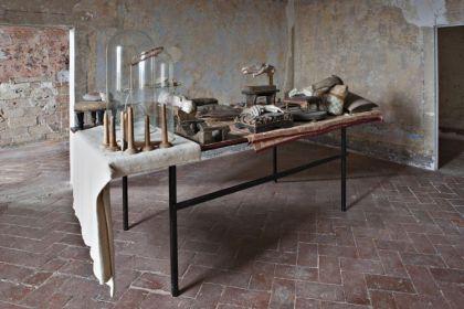 Berlinde De Bruyckere, Infinitum, 2004 – 2009. Cire, résine, époxy, métal, couvertures, bois, fer, corde, cloches de verre Collection Enea Righi © Ela Bialkowska