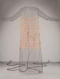Jana Sterbak, I Want you to Feel the Way I Do, 1984 – 1985. 1 robe (structure grillagée, câbles électriques), projection 35mm Musée des beaux-arts du Canada © Jana Sterbak