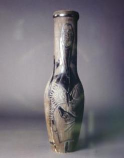 Édouard Pignon, Catalane, vers 1953 Vase en terre cuite blanche, peinture à l'engobe Ht 56 cm Collection particulière, photographie : Studio Muller, Paris/ ADAGP 2013.