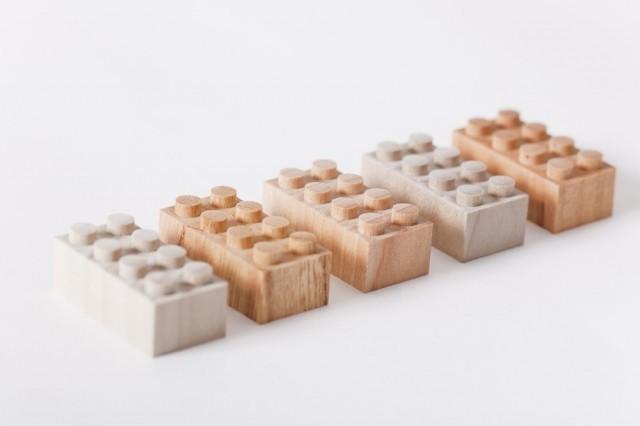 Bloques de Lego de madera representando construcción de viviendas con ISO containers