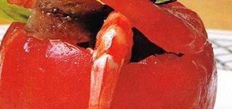 Tomates rellenos de bonito, langostinos y aguacate