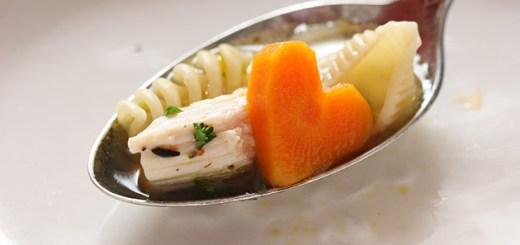 Sopa de pollo con trocitos de zanahoria en forma de corazón 2