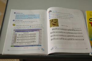 コンピューターの教科書 ④には「楽譜を演奏しましょう」と書かれている