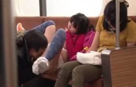 電車の中で小×生にいたずら!すぐ横にいる母親が熟睡してる間にレ●プ・・