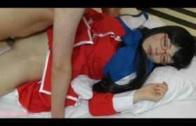【素人コスプレ夜這い動画】睡眠薬を盛ったか!?Kanon制服で眠るメガネガールを犯る!
