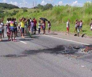 Manifestantes interditam rodovia em protesto contra falta de ônibus escolar em Sorocaba