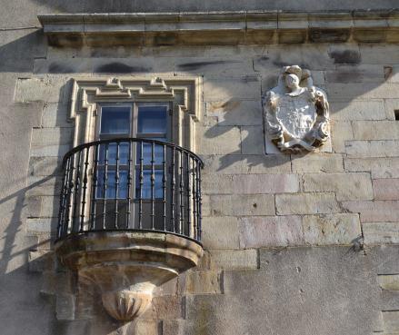 Escudo y balcón del hastial izquierdo
