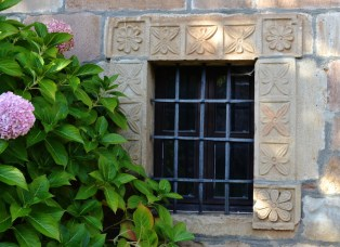 Ventana decorada. Casa de la Capellanía
