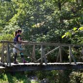 Puente de madera sobre el río Lodar