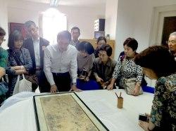 Los participantes observan la carta de Date Masamune en el Archivo municipal de Sevilla
