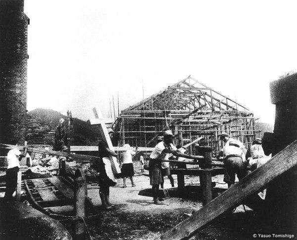 FIELES SUPERVIVIENTES CONSTRUYEN UNA CATEDRAL PROVISIONAL. NAGASAKI Agosto de 1946.
