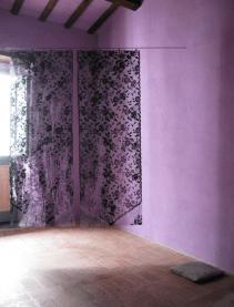 Soglia, 2012, veduta dell'installazione a Casa Sponge e particalari tende, vernice, asta di ferro 162x202 cm