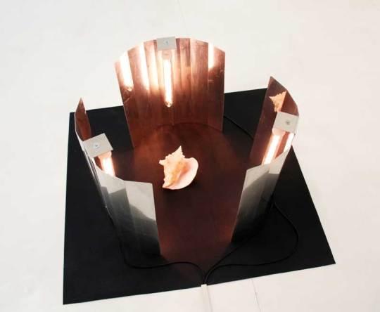 A sort of shield, 2012, lampade, conchiglia, cm 100x100x50. Courtesy Galleria Tiziana Di Caro, Salerno. Foto: Mimmo Di Caro