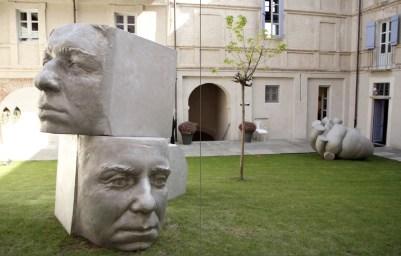 """Gabriele Garbolino Rù, """"Ipotesi di Ritratto Collettivo"""", 2009, alluminio h. 3x1x1 m e Paolo Grassino """"Cardiaco"""", 2006, alluminio, 175x227x145 cm, scultura di Paolo Grassino. Foto: Edoardo Garis"""