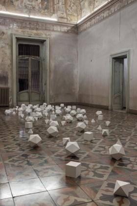 Marco La Rosa, Ecce Homo, 2013, gesso alabastrino, ferro, foglia oro, dimensioni variabili