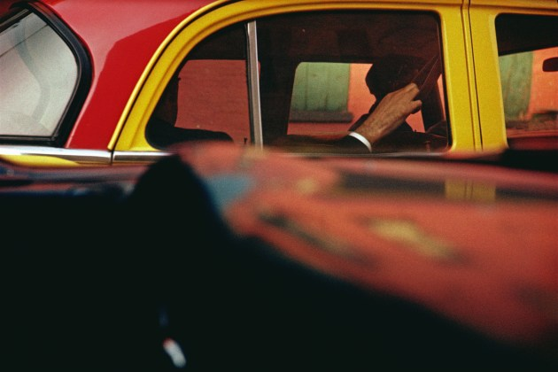 Saul Leiter, Taxi, 1957, stampa Cibachrome, cm 27.9x35.4 © Saul Leiter Courtesy Howard Greenberg Gallery, New York