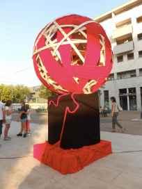 Atomo e Mastro, Gomitolo, scultura in legno e stoffa, Piazza del Polpolo