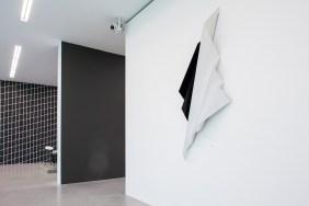 When Now is Minimal, veduta della mostra a Museion, 2013. Courtesy Sammlung Goetz. Foto Luca Meneghel In primo piano: Katja Strunz, Ohne Titel, 2008