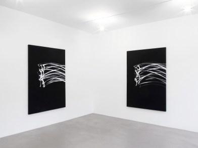 Nelio Sonego (da sinistra a destra): Orizzontaleverticale 2013, acrilico su tela, 200x135 cm; Orizzontaleverticale, 2013, acrilico su tela, 200x135 cm Courtesy A arte Studio Invernizzi, Milano Foto Bruno Bani, Milano