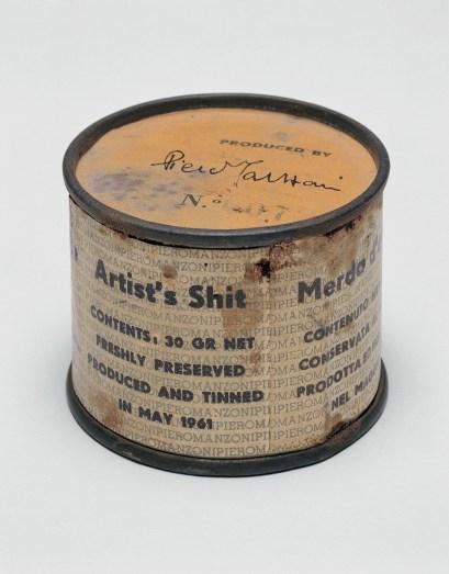 Piero Manzoni, Merda d'Artista n.07, 191, scatoletta di latta, carta stampata, 4.8 cm di altezza e 6 cm di diametro, Collezione privata
