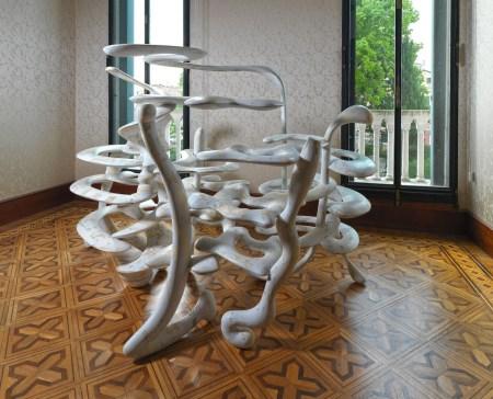 Tony Cragg, Hedge, 2010, fiberglass, 200x380x150 cm