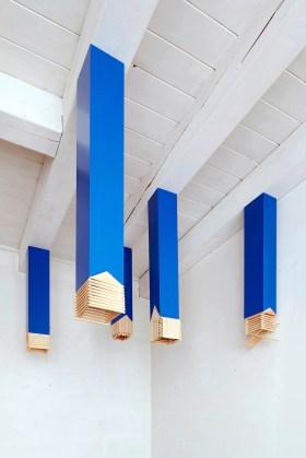 Willy Verginer, Mediei, 2014, installazione di 6 elementi, diversi tipi di legno, altezza massima 124 cm e minima 73 cm