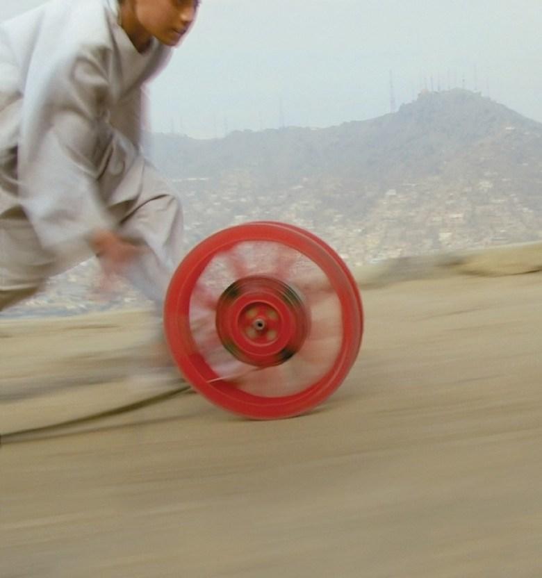 Francis Alÿs, Reel-Unreel, 2011 Kabul, Afghanistan con Julien Devaux, Ajmal Maiwandi. Fotogramma (video-documentazione di un'azione) Courtesy l'artista; David Zwirner, New York-London