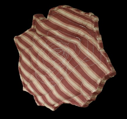 Ketty Tagliatti, Ostaggio n. 3, 2008, pittura su stoffa, imbottitura di cotone e trapuntata, cm. 210x210x30