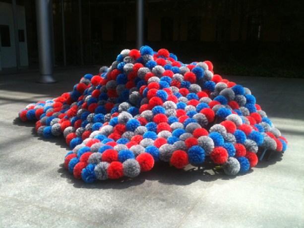 Francesca Pasquali, Spiderballs, installazione site-specific, ragnatori (Cortile del Museo Civico Paolo Giovio)