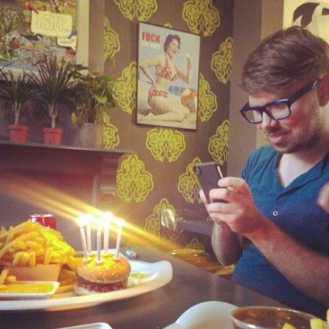 #foodporninUTILE, foto tratta dal sito Pictures of hipsters taking pictures of food