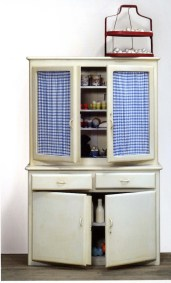 Marcel Broodthaers, Armoire de cuisine, 1966- 1968 Courtesy Micheal Werner Gallery, New York © Broodthaers Estate, licensed by SIAE 2015 Installation view, Marcel Broodthaers, 26 janvier – 30 mars 2008, Milton Keynes Gallery. Ph : Andy Keate
