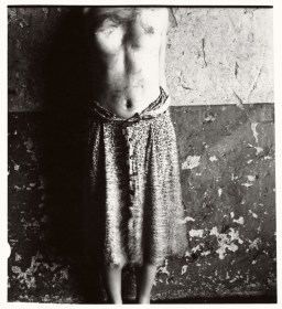 Francesca Woodman, Untitled, Rome, Italy, 1977–1978/2008 Schwarz-Weiß-Silbergelatineabzug auf Barytpapier/ Black-and-white gelatin silver print on barite paper © Courtesy George and Betty Woodman, New York / SAMMLUNG VERBUND, Wien