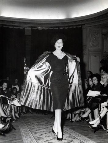 Fendi, Collezione autunno/inverno 1960-61 Cappotto doppio petto in visone con lavorazione chevron in tre colori alternati per la parte superiore e bianco assoluto a fasce orizzontali per quella inferiore unita da una zip
