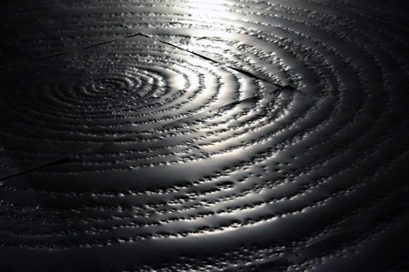 MARZIO ZORIO, ANNA IPPOLITO e ARTSIOM PARCHYNSKI - 0000001, 2015 Installazione sonora, 13 lastre modulari in ferro, casse, 500x500 cm. Courtesy GALLERIA MOITRE [Torino]. photo Roberta Toscano