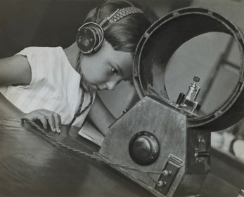 Aleksandr Rodčenko, Radioascoltatore, 1929, stampa d'artista, Collezione del Moscow House of Photography Museum © A. Rodchenko – V. Stepanova Archive © Moscow House of Photography Museum