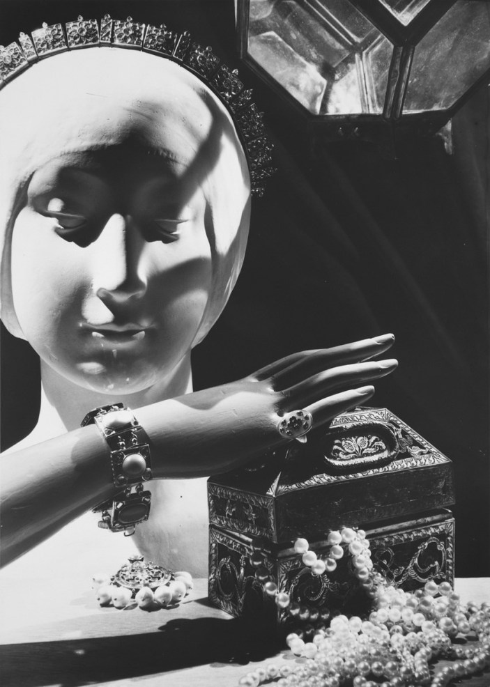 Man Ray, Senza titolo, 1936, gelatina bromuro d'argento, 29,8 x 23,8 cm, Galleria civica di Modena, fondo Franco Fontana