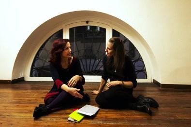 Cristina Gilda Artese e l'assistente Annalisa Bergo nell'ufficio della galleria