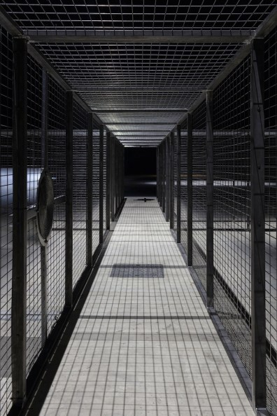 Miroslaw Balka, Cruzamento, 2007 (particolare), veduta dell'installazione, Pirelli HangarBicocca, Milano, 2017 Courtesy dell'artista e Pirelli HangarBicocca, Milano Foto © Attilio Maranzano