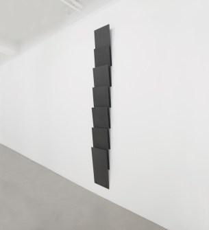 Lesley Foxcroft, Standpoint, 2015, M.D.F. nero, 280x35x11 cm © A arte Invernizzi, Milano Foto Bruno Bani, Milano