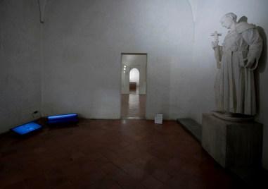 Mustafa Sabbagh, http 502: bad gateway, 2017, frame da installazione audio/video: 2 video HD su schermi lcd, colore, sonoro, durata 3'55'', loop Courtesy l'artista (veduta della mostra)