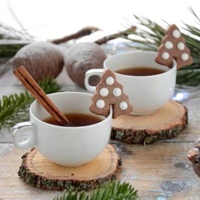 Biscottini di Natale alla cannella (da appendere alla tazza del té)