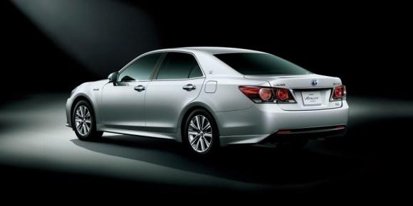 Toyota-Crown-Athlete-rear-three-quarter-official-900x450
