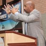 steve_harvey(2011-mentoring-wknd-la-podium-med-wide)