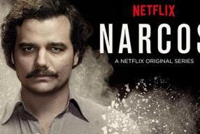 sofá, chá e uma manta   Narcos