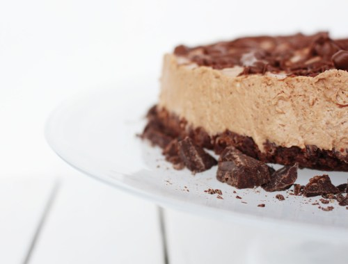 Learn how to make a delicious chocolate cheesecake in a flash with this delicious jiffy cheesecake recipe. Use this recipe as a base and customise with berries, white chocolate and more. So easy!